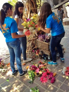 Jóvenes en Video students redress the exhibit with flowers.
